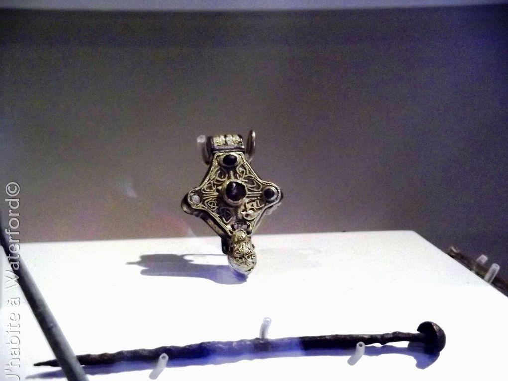 A l'intérieur de la tour: 1) une présentation vidéo de l'histoire de la ville 2) un poids en plomb à effigie humaine, 3) pièce de monnaie et poinçon, 4) peignes en corne 5) broche 'cerf-volant'