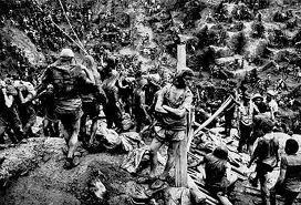 Les hommes de la mine d'or de Serra Pelada au Brésil