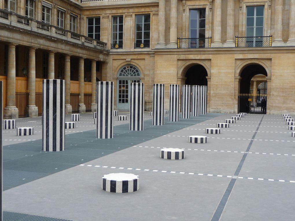 à l' entrée du parc les colonnes de Buren   jugez l 'architecture élégante des bâtiments
