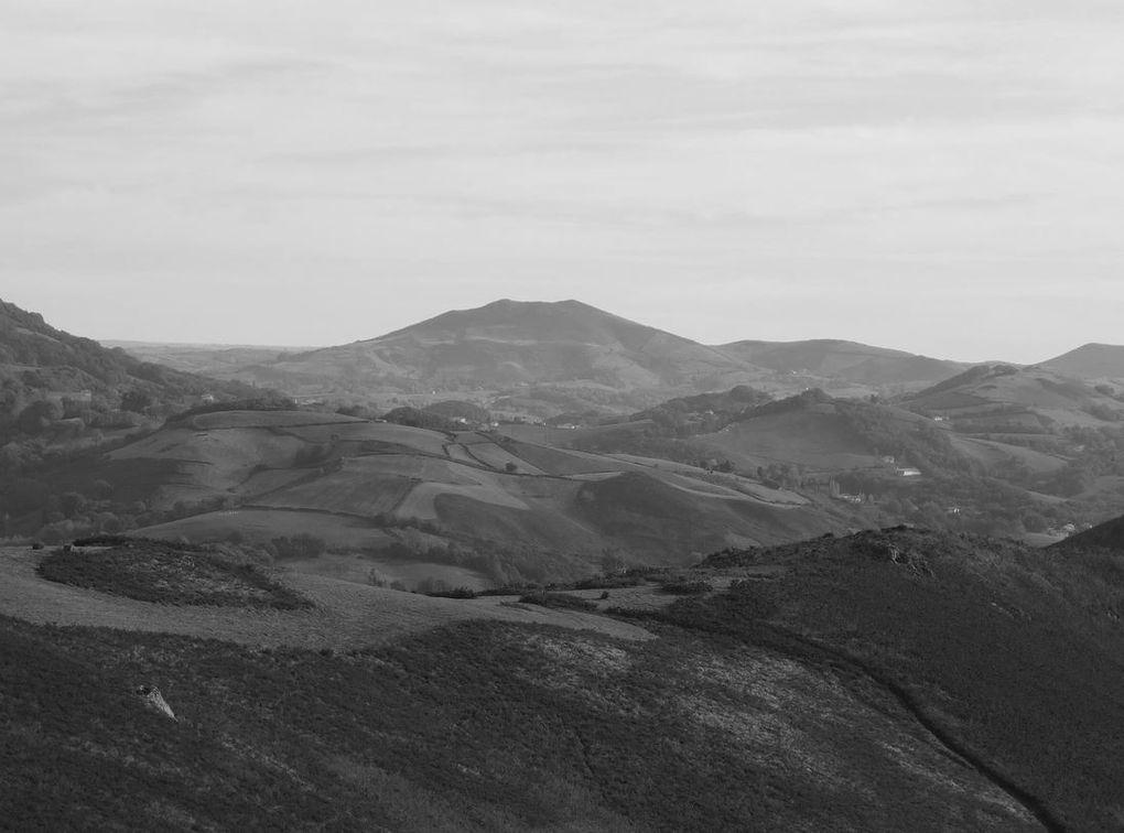 Au loin en direction des Landes, le Pic de Garralda et ses deux sommets apparaîtra coincé entre le Baigura et l'Ursuya.