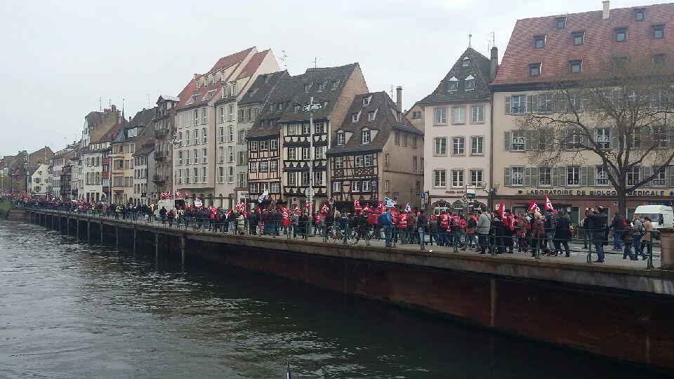 Les membres du bureau de l'UNDR FO défilent à Strasbourg