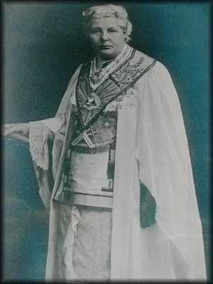 Quelques trouvailles sur le web: la maçonnerie mixte, représentée par le Droit Humain, prévoyait une chasuble blanche (à mettre par dessus ces vêtements). Si le Droit Humain a abandonné cette particularité, les anglaises «the Order of Women Freemasons» l'ont gardé (scission du Droit Humain en 1908). Quelques photos d'Annie Besant et de groupe de franc-maçons montrent cette même chasuble (entre 1902 et 1908).
