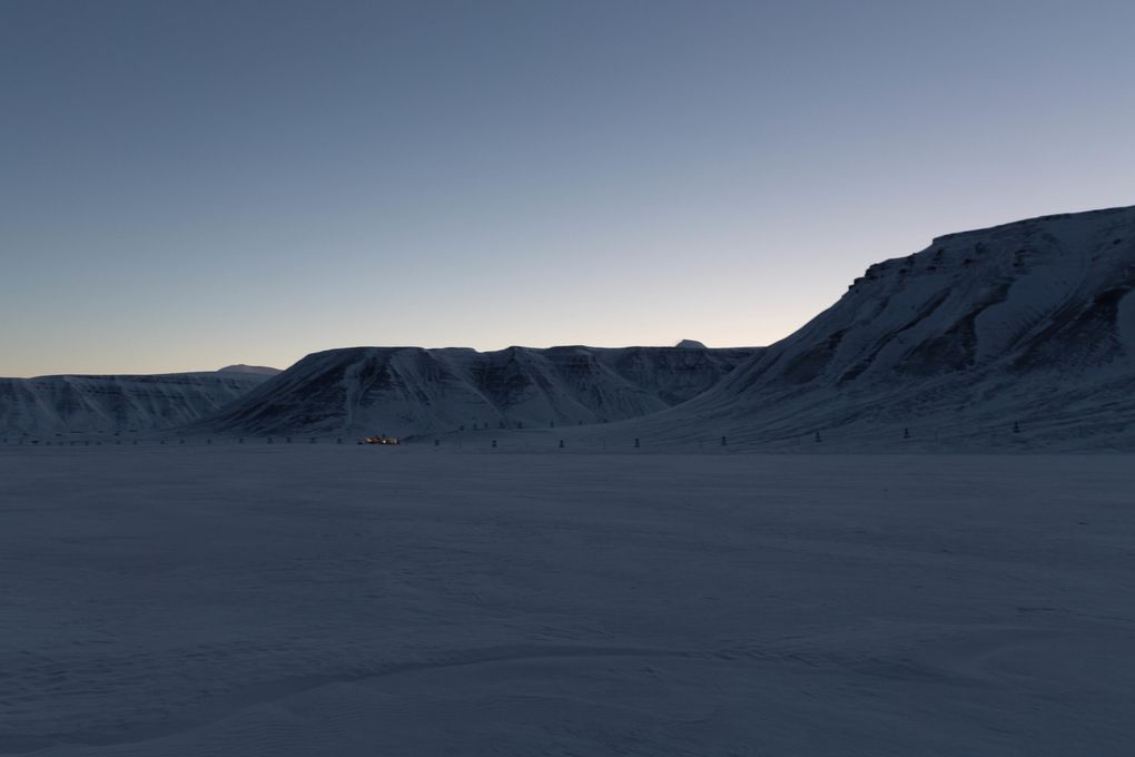 Adventdalen vers 14h.... on devine qu'il y a un soleil quelque part sous l'horizon là où le ciel est un peu plus clair !