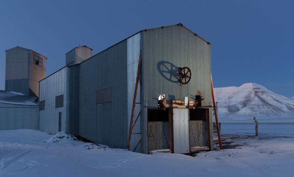 le téléphérique à charbon provenant de Endalen pour le transport du charbon qui était extrait de la mine 5 et la Vinkelstasjon : la construction où on faisait faire un virage aux wagonnets