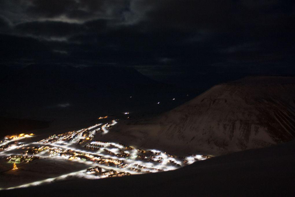 Lumières de la ville, lumière de la lune, lumière du soleil loin loin là-bas sou l'horizon, lumière de la mine du Père Noël, lumières de gens en promenade à motoneige ou à pied/ski/raquettes