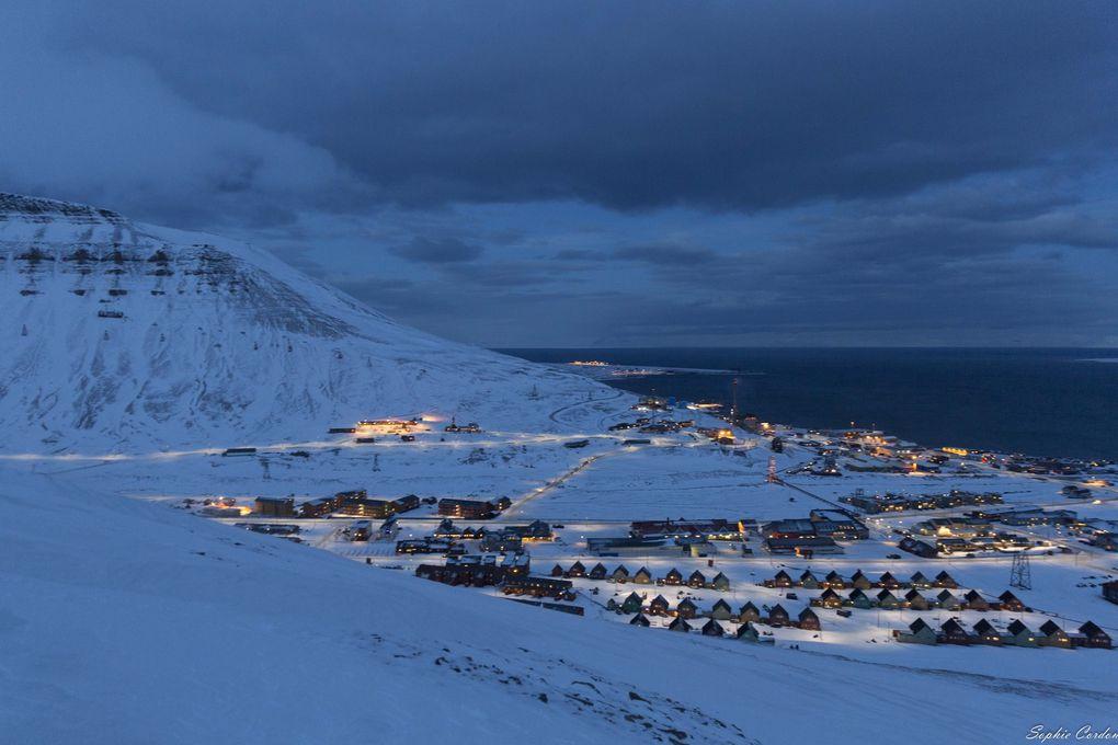 La vue sur Longyearbyen en cours de montée