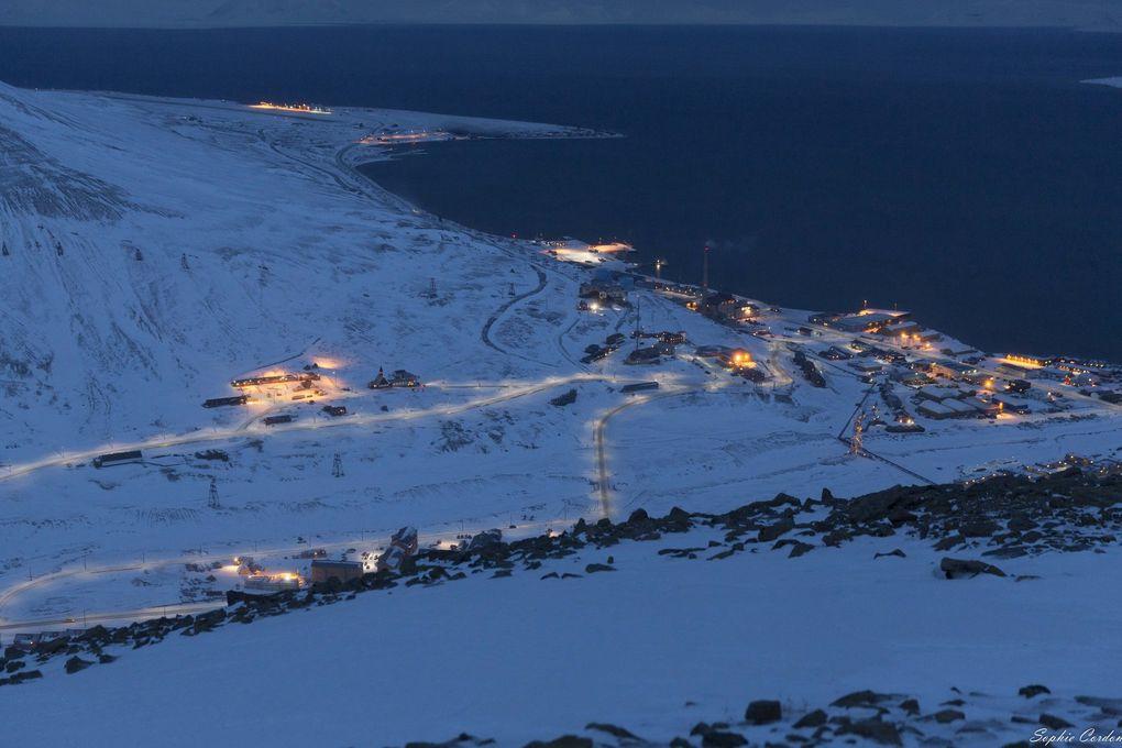 Vue du sommet, vers 12h30... Sur la photo où on voit le glacier, on devine des lumières de gens en motoneige.
