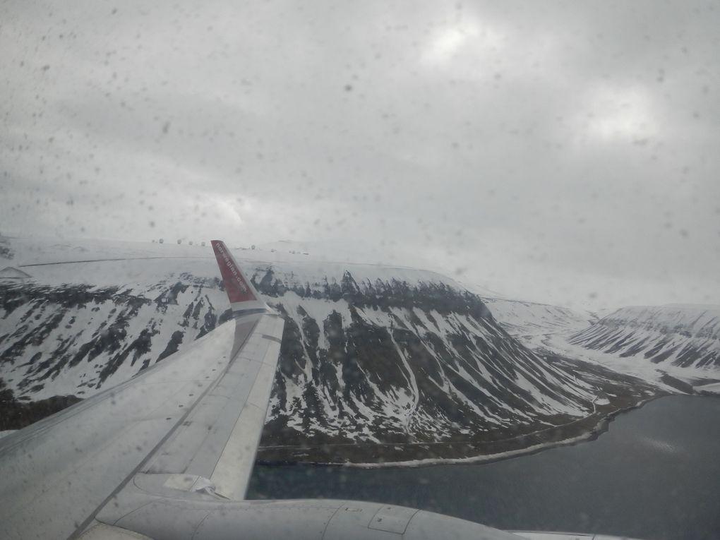 derniers regards sur le Svalbard à travers la fenêtre très très sale ! l'aéroport et les antennes de Svalsat, on dirait qu'il y en a plus à chaque fois que je les survole ! ok, la dernière fois , c'était en novembre et il faisait nuit !