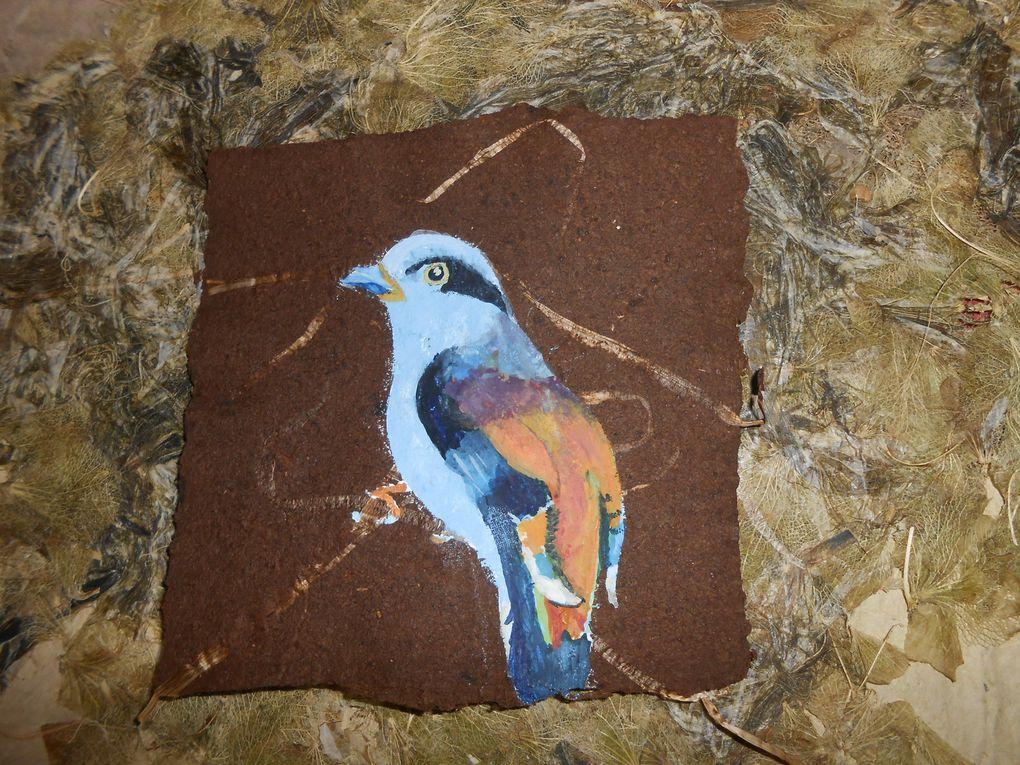 oiseaux peints sur papier d'amadouvier , c'est en cours ..... Chaque feuille a des inclusions végétales ou minérales particulières