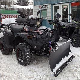 Le Quad Hytrack avec sa lame à neige