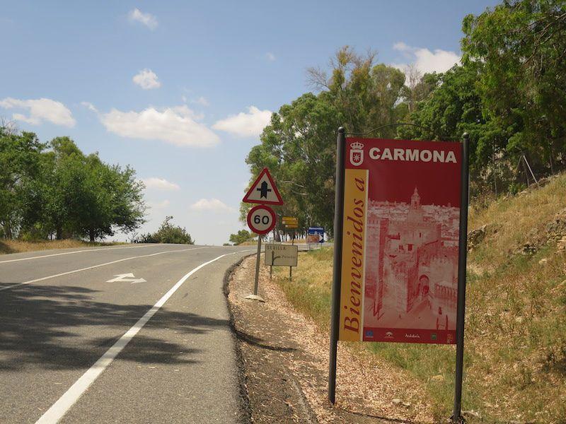 A travers la campagne qui nous amène à CARBONA et la trahissante affiche qui indique l'entrée de la citée alors qu'il reste à faire 7 km de côte sous le soleil pour y arriver.