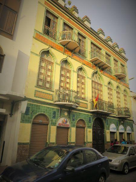 Autour de la Cathédrale de belles et orgueilleuses façades, rappelle à la ville son riche passé.