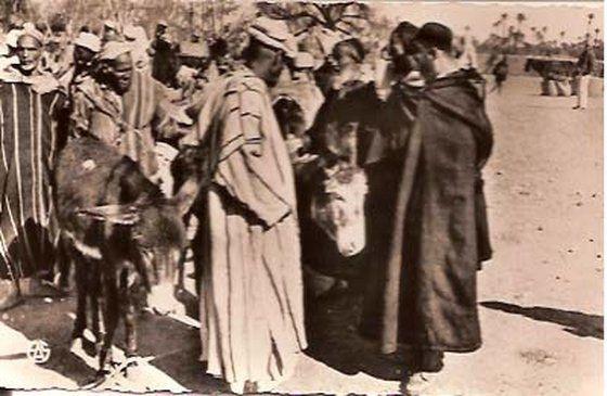 Juifs Marocains dans leur habit traditionnel régional. Qui aurait pu les distinguer aujourd'hui ?