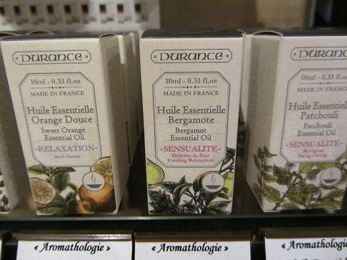 Le plaisir et les bienfaits des huiles essentielles inspirés de secrets d'herboristes.