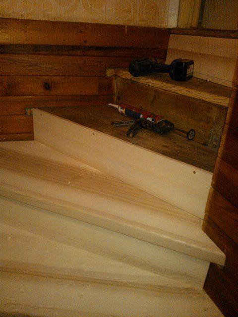 Habillage bois massif d'un vieil escalier : recouvert en frêne massif, ajusté sur place.