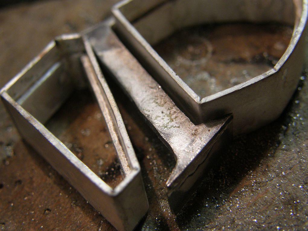 Le serti de l'amethyste&#x3B; les deux sertis avec les pierres et la future piece de jonction tracee&#x3B; les trois elements prets a souder&#x3B; les pierres juste avant sertissage&#x3B; le bijou fini.