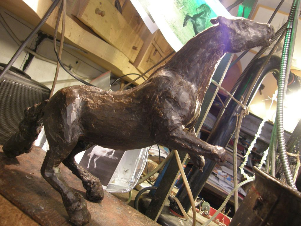 Cheval en cire, en cours de sculpture. 3 phases successives.
