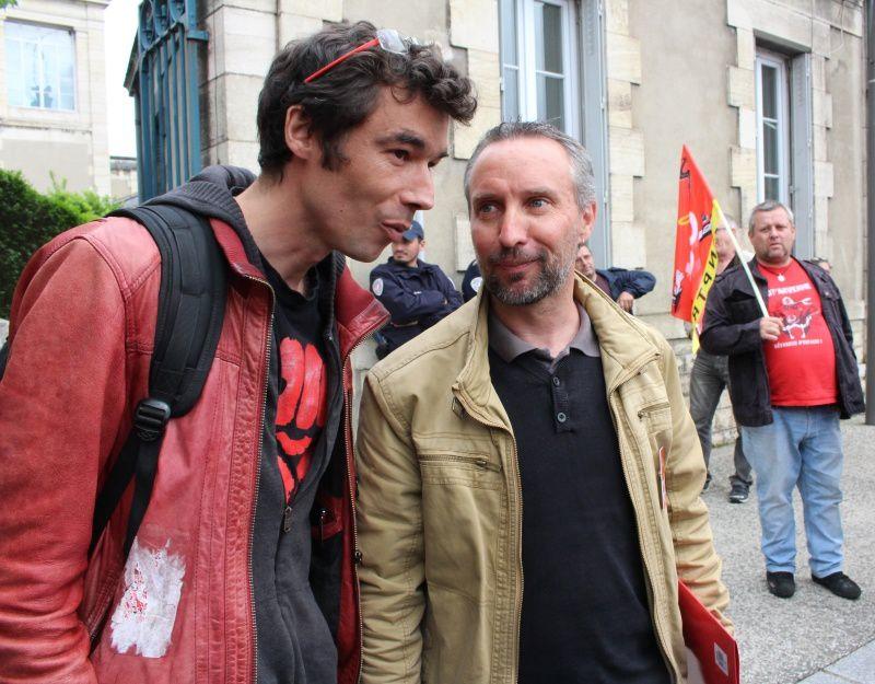 Quelques photos prises pendant le rassemblement devant le tribunal