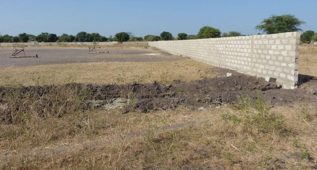 Avancée des travaux de la clôture du collège à Mbodiène