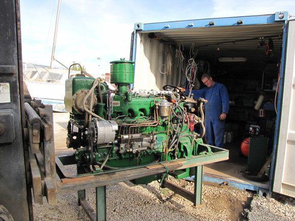 Le moteur est sorti et retourne dans le conteneur mécanique.