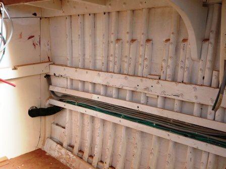 Les liaisons entre bâbord et tribord ainsi que les câbles qui alimenteront le dessus du rouf de la chambre sont mises en place et lovés en attendant la pose des hiloires.