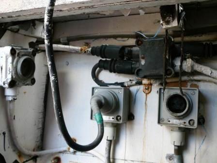 Toute l'installation est en piteux état, le tableau électrique sera restauré et réutilisé, la régulation de la dynamo sera déposée.