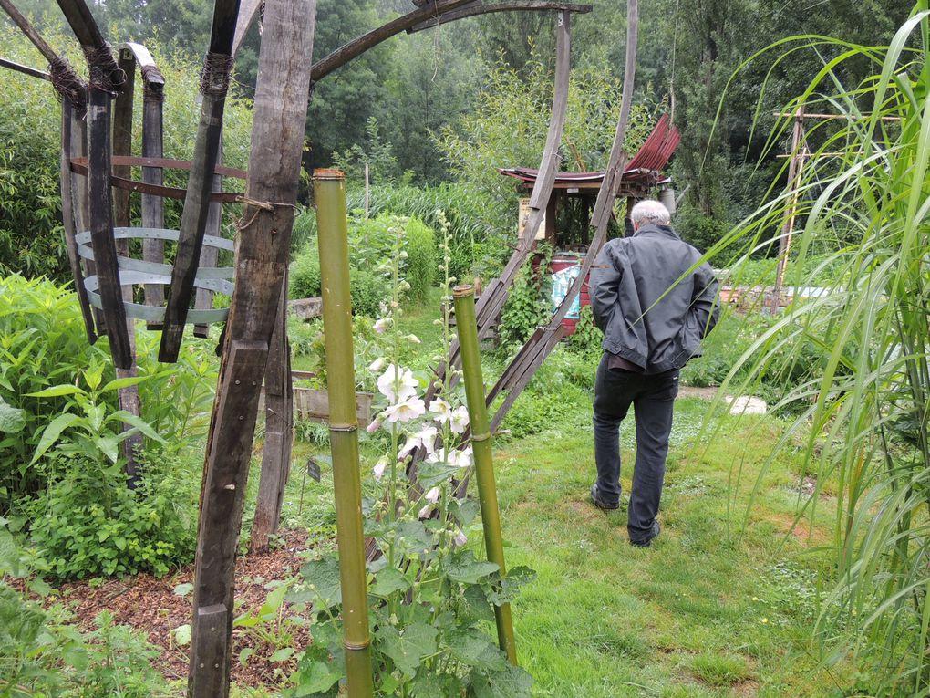Visite 2 : le jardin respectueux et son Pote âgé de la cagouille ( Châteaubernard) Ce jardin est conçu comme une spirale figurant un jeu d' l'oie, ou de la cagouille !