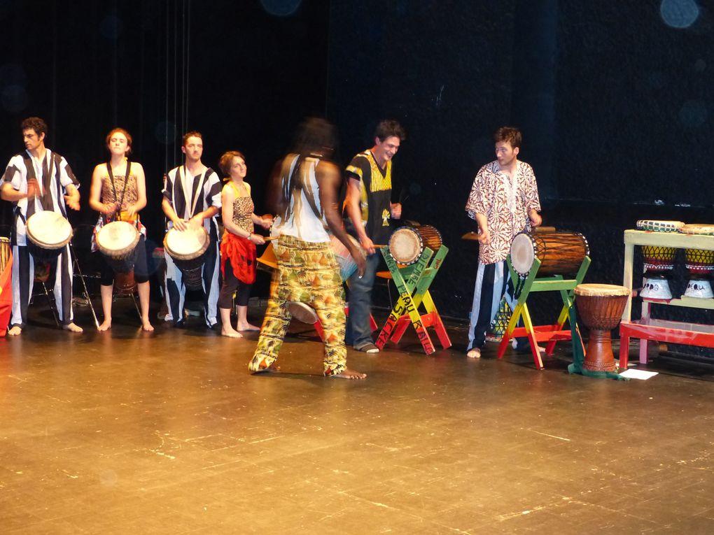 Photos des cours et des interventions réalisés par Valérie CHAUVET et Omar DIOP.Corps Peau R'Ailes propose des cours hebdomadaires de danses et percussions africaines mais réalise en milieux scolaires,Centre de Loisirs, instituts spécialisés..