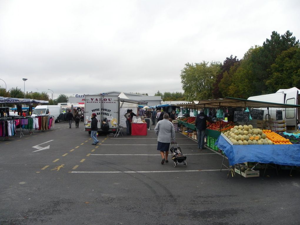 Certains espaces verts et le marché à Crépy en Valois le dimanche