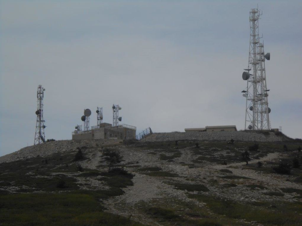 Jolie vue sur les montagnes Drômoises, les relais et observatoire au sommet
