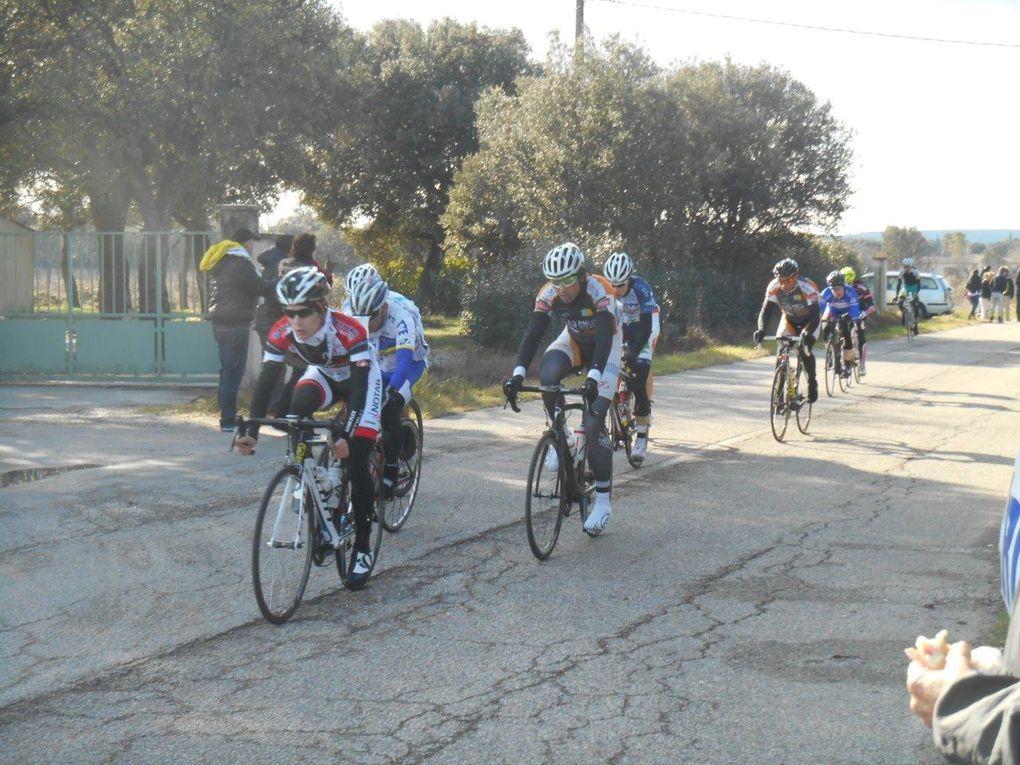 Plusieurs petits groupes encore jusqu'au milieu de la course.