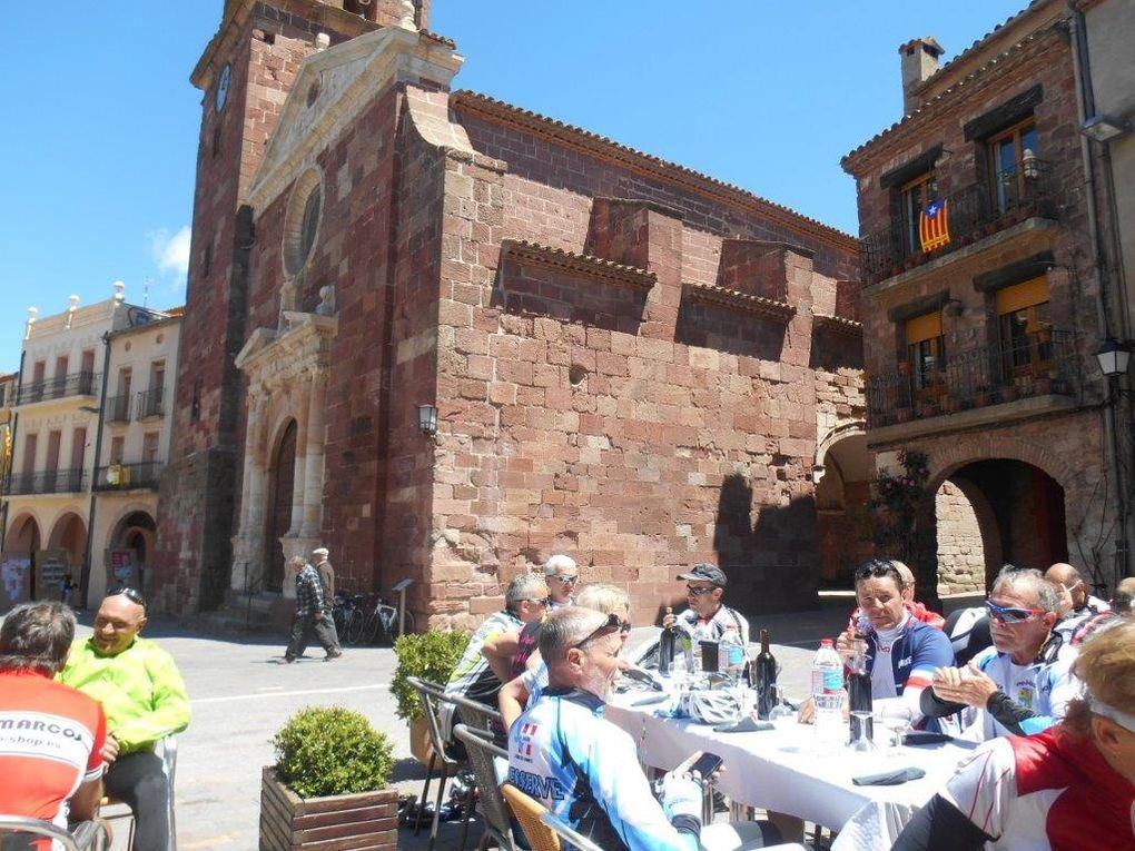 Très bon repas pris sur la grande place ensoleillée du village de Prades (1000 m)