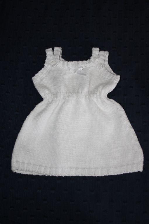 Robe d'été en coton blanc, double bretelle, ceinture ajustable et petit noeud de sartin avec  gilet rayé