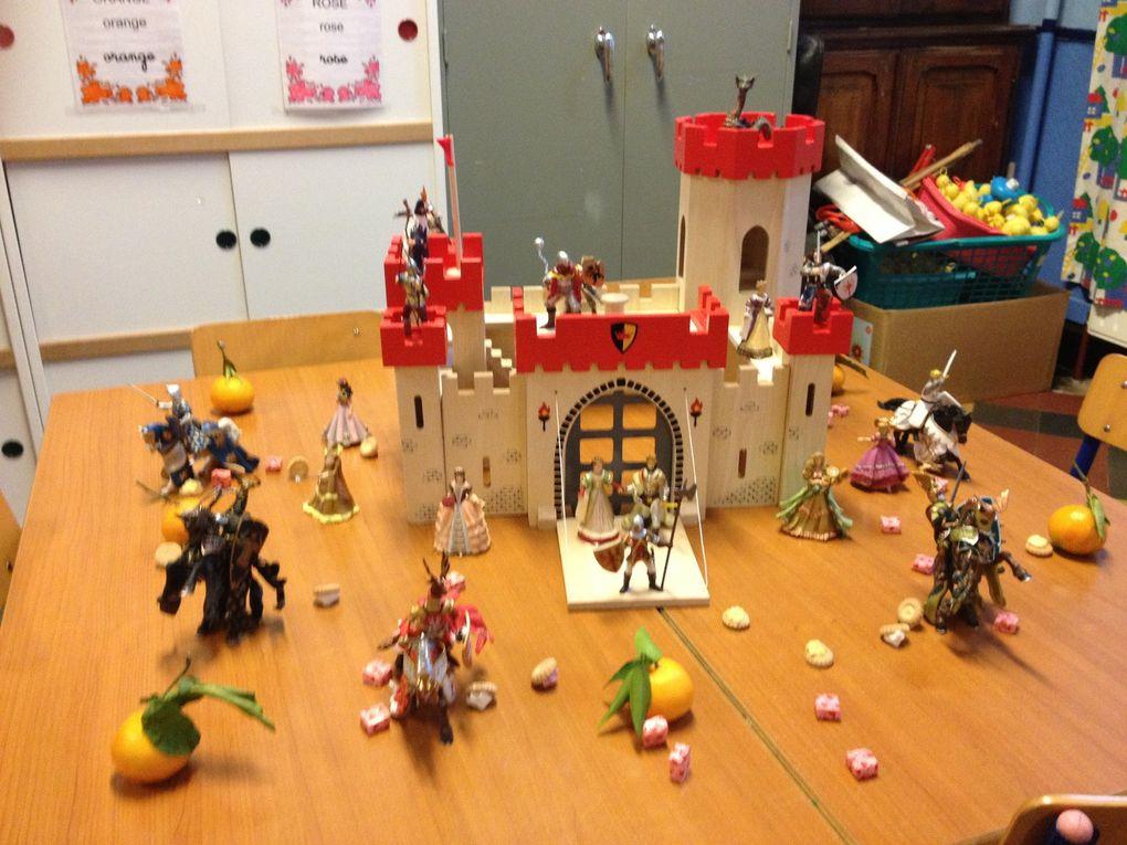 Chez madame Delphine: Saint-Nicolas a apporté un château fort avec les personnages, de nouveaux accessoires pour la dinette et une poupée.