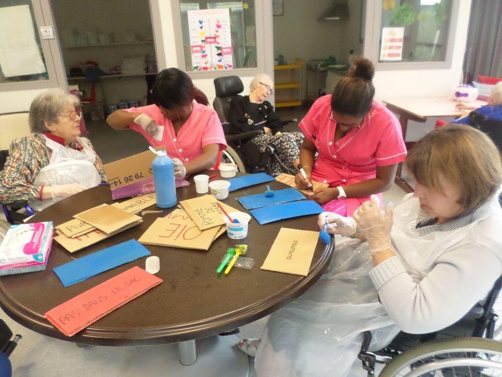 Un groupe de résidents en plein atelier thérapeutique avec les aides soignantes en Unité Protégé.