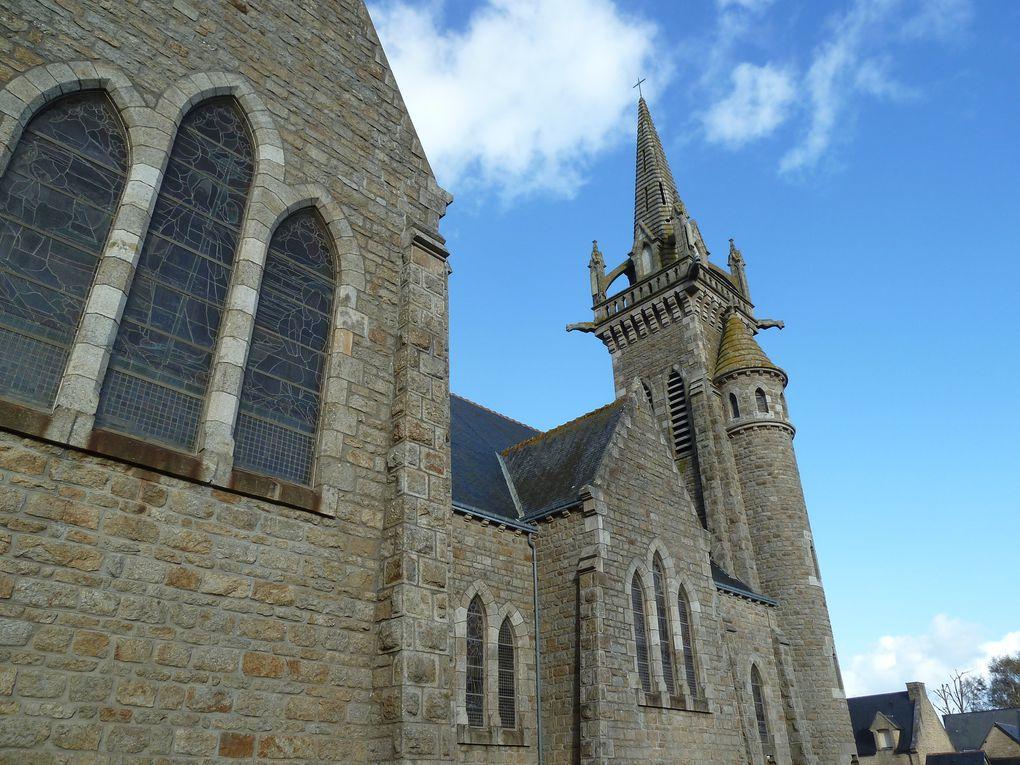 L'église Notre-Dame-de-Saint-Jacut-de-la-Mer résulte du souhait de l'abbé Jules Gourio. Il voulait une architecture évoquant un mât de bateau sur la presqu'île.  Sa première pierre a été posée en mars 1931. Elle a été bénie en juillet 1932. Elle abrite plusieurs ex-voto, dont une maquette de navire à trois-mâts ainsi qu'un tableau du peintre R. Python dédié à Saint-Christophe.On peut y voir un très grand vitrail du maître-verrier Rault où des marins s'adressent à la Vierge.