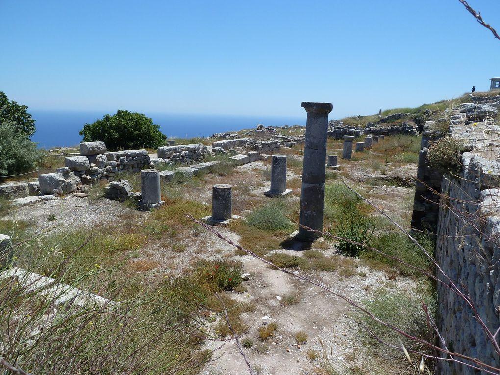 L'agora Sud bordée par un portique royal à colonnade intérieure et exèdres.