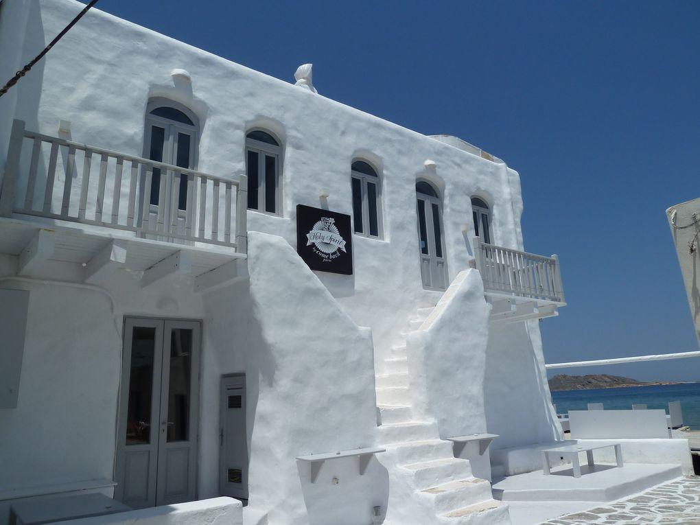 Naoussa est considéré comme l'un des plus beaux villages de toutes les Cyclades. Elle reste un village authentique qui possède tous les attributs traditionnels de la Grèce : petites maisons cubiques blanches, églises éclatantes de blancheur, ruelles étroites embellies de bougainvillées et de jasmin, terrasses animées…