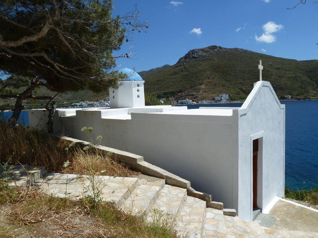 Petites maisons, villas, chapelles surplombant la mer, se succèdent sur fond de ciel bleu foncé.