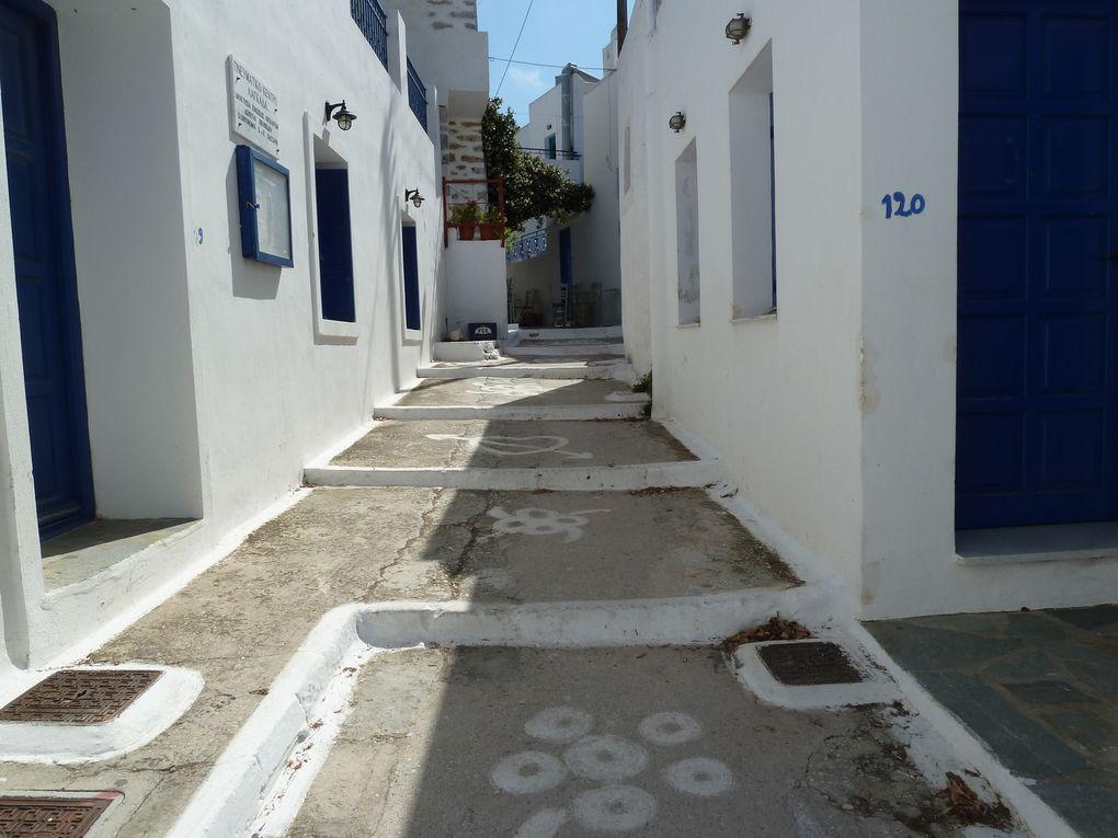 D'architecture cycladique comme tous les villages de l'île, les ruelles étroites, les maisons blanchies, une multitude d'escaliers décorés nous poussent à l'exploration...