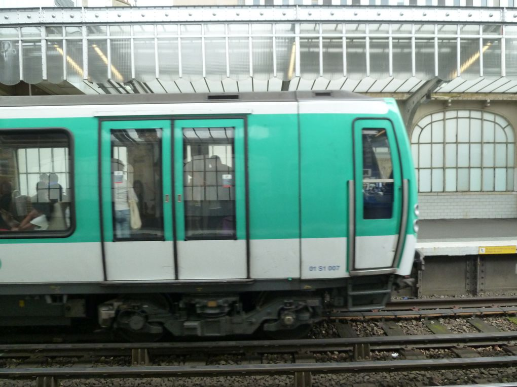 Rénovée en 2002, la station Jaurès se caractérise par ses vitraux aux couleurs de notre drapeau et représentant la Bastille.