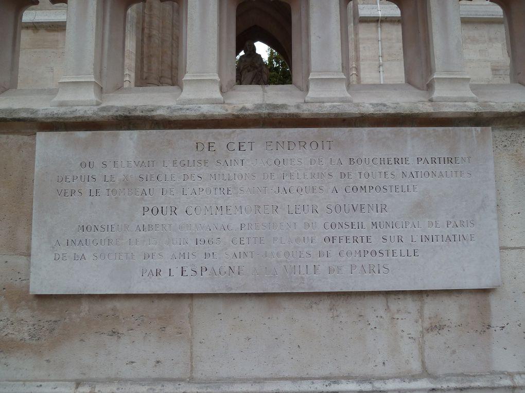 Sur un mur du socle a été posée une plaque commémorant les pèlerins de Saint-Jacques-de-Compostelle, offerte par l'Espagne. La statue de Blaise Pascal d'où il aurait répété ses expériences sur la pression atmosphérique et la pesanteur de l'air.