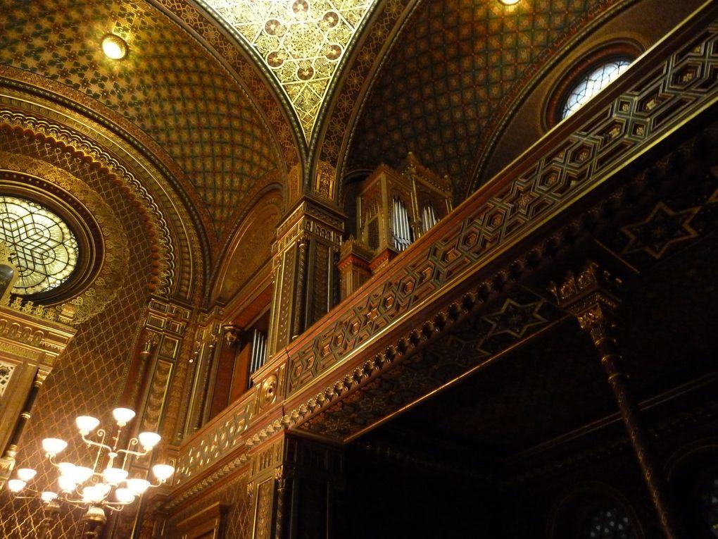 L'intérieur est richement décoré de stucs en bas-relief mauresques dorés et de motifs islamiques polychromes stylisés. Ces éléments décoratifs se répètent sur l'ornementation ciselée des portails, de l'orgue, et des revêtements muraux.. Les baies sont garnies de vitraux polychromes. L'intérieur représente un espace religieux d'une originalité incontestable.