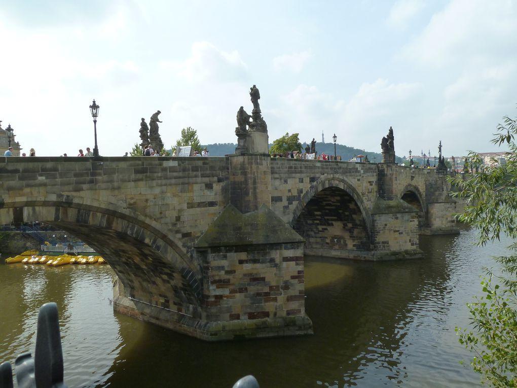 Le Pont Charles désormais piéton alors que jadis quatre attelages pouvaient y passer de front.