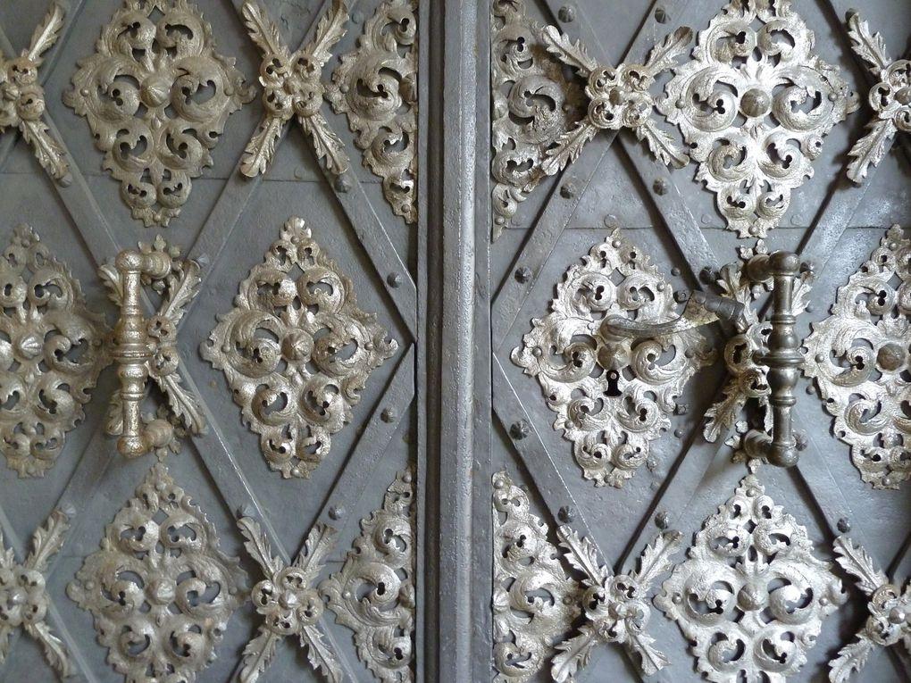 Autour de ce lieu de dévotion s'ordonne une belle cour à arcades, édifié au milieu du XVIIème siècle et réhaussée d'un étage au début du XVIIIème siècle par les architectes Christoph et Kilian Ignaz Dientzenhofer : ils sont aussi les auteurs de la façade principale et de l'église de la Nativité, somptueusement décorée.