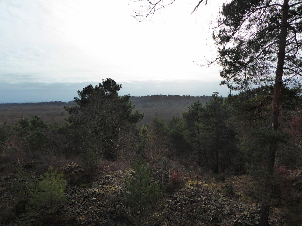 Notre pause pique-nique ici, sur la Route de la Canepière, avec une belle vue sur la vallée et un petit rayon de soleil.