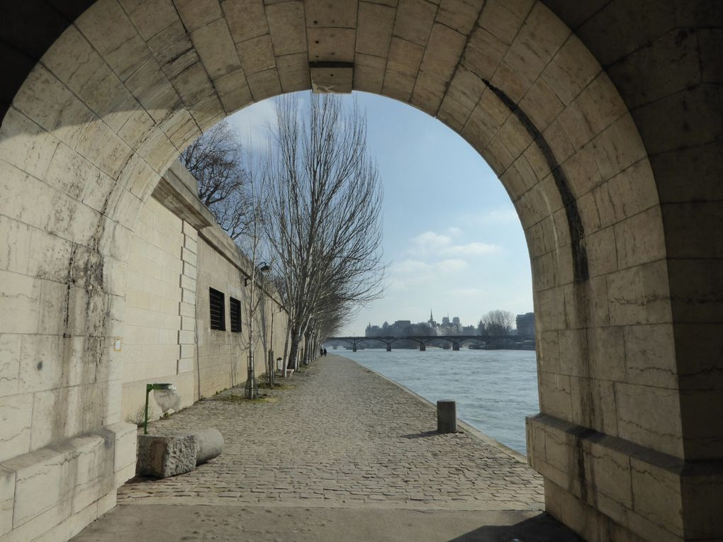 Promenade sur le Quai des Tuileries vers le Pont Neuf.