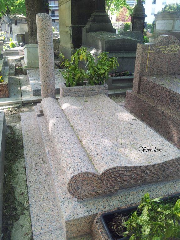 Une pierre tombale en forme de livre, mais dont l'inscription n'était plus...