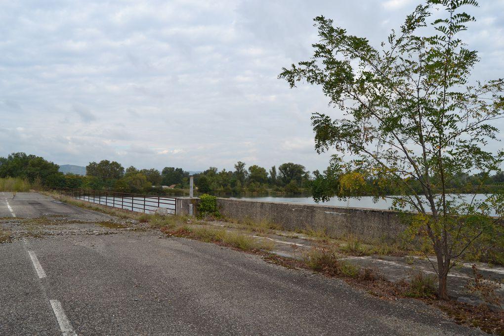 L'aménagement d'un barrage au confluent de l'Isère et du Rhône, à la fin des années 1960, a fait monter le niveau des eaux, fragilisant le vieux pont de 1827, déjà partiellement détruit en 1940 et 1944, et justifiant son remplacement..