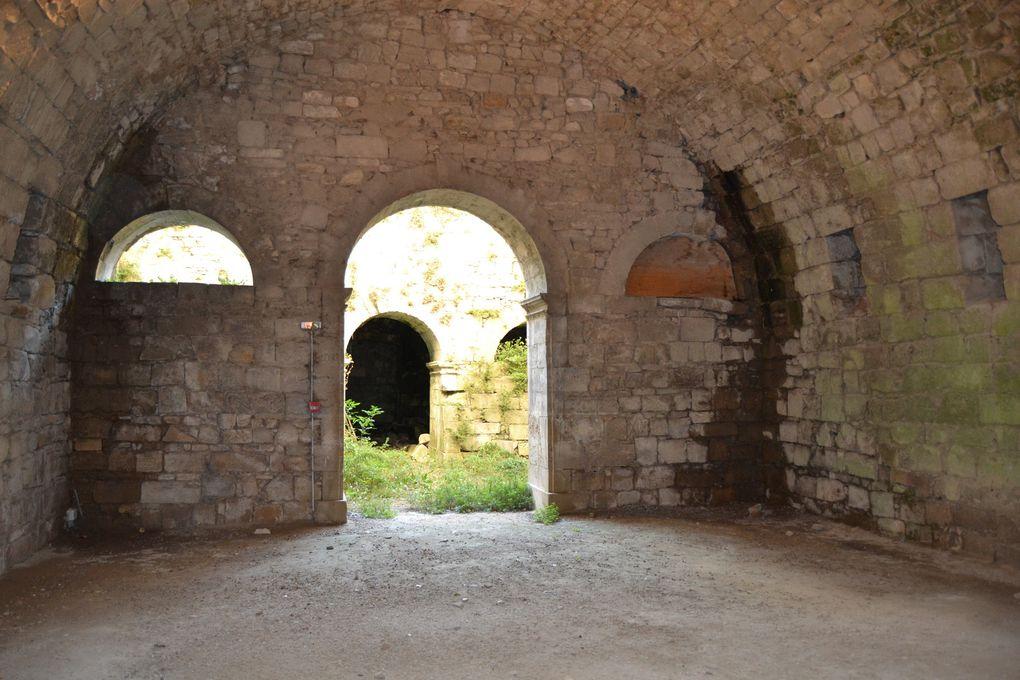 Portail de l'ancienne chapelle de l'Hôpital &#x3B; deux contreforts encadrant à droite et à gauche la façade méridionale &#x3B; porte à voussures qui donnait autrefois accès à la chapelle &#x3B; fronton et arcatures surmontant les portes &#x3B; façade Nord : classement par arrêté du 19 novembre 1910 &#x3B; Chapelle et ses dépendances &#x3B; salle de l'Hôpital &#x3B; porte de la citadelle : inscription par arrêté du 18 janvier 1951  Périodes de construction : 14e siècle &#x3B; 15e siècle &#x3B; 16e siècle &#x3B; 19e siècle  Propriété de la commune